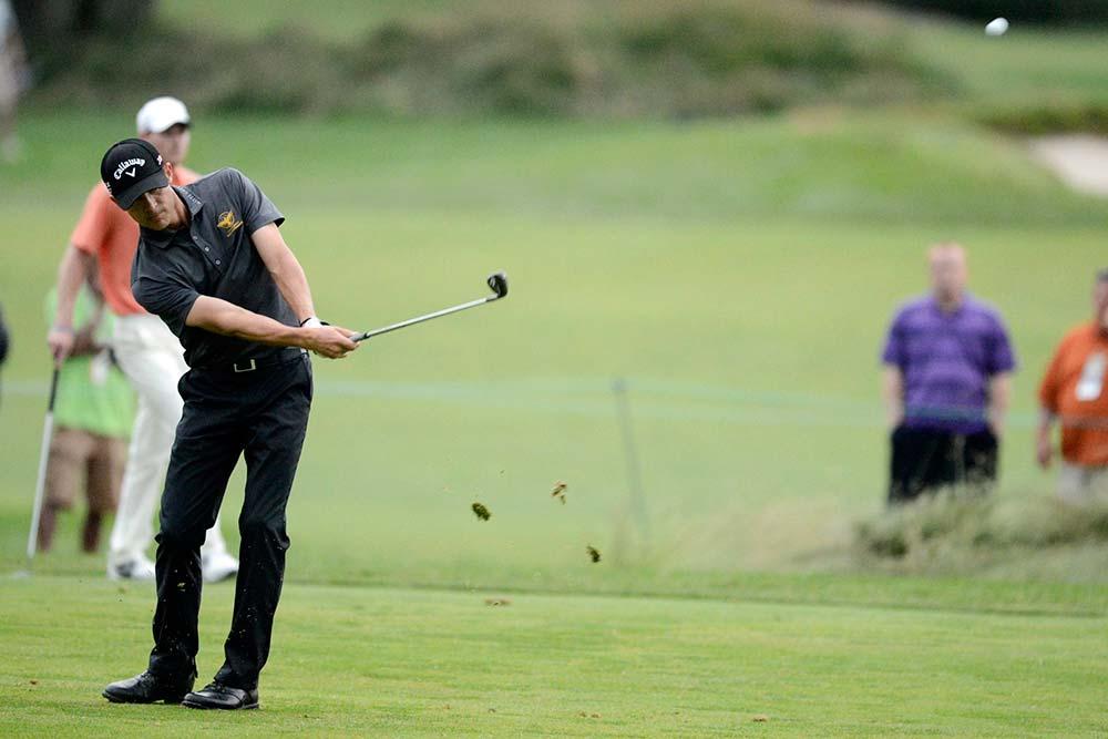 Realizando el golpe approach de golf