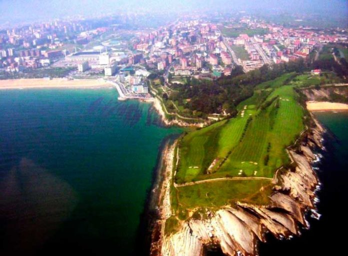 Vista aérea del club de golf Mataleñas en Santander
