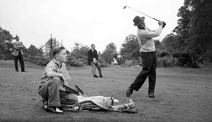 Sam Snead golpeando una bola de golf