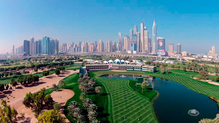 Skyline de Dubái desde un campo de golf