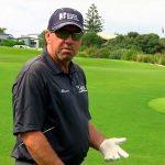 Bradley Hughes dando una clase de golf