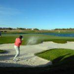 Jugador saliendo de un búnker en El Encín Golf | MunfoGolf.golf