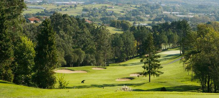Vista de calle en pendiente Laukariz golf